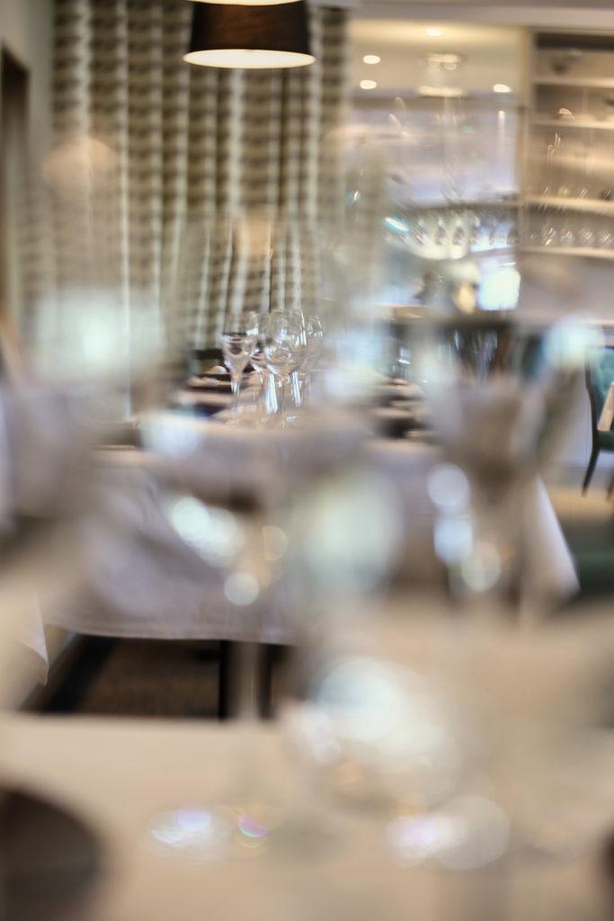 La cuisine de clément - table avec flute à champagne - Hotel Restaurant Les Grains d'Argent